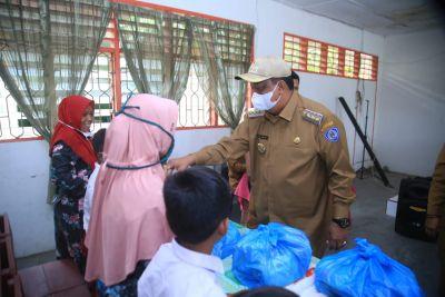 Pj.Bupati Labuhanbatu Serahkan 50 Paket Sembako Di SMPN I Rantau Selatan